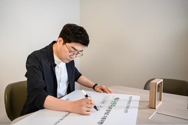 배우 손현주가 장애인 여행을 지원하고 있는 사회공헌 프로그램 초록여행의 셀럽릴레이에 참여했다 (사진=