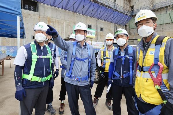 정재훈 한수원 사장이 새울본부 신고리 5,6호기 건설현장을 살펴보고 있다.